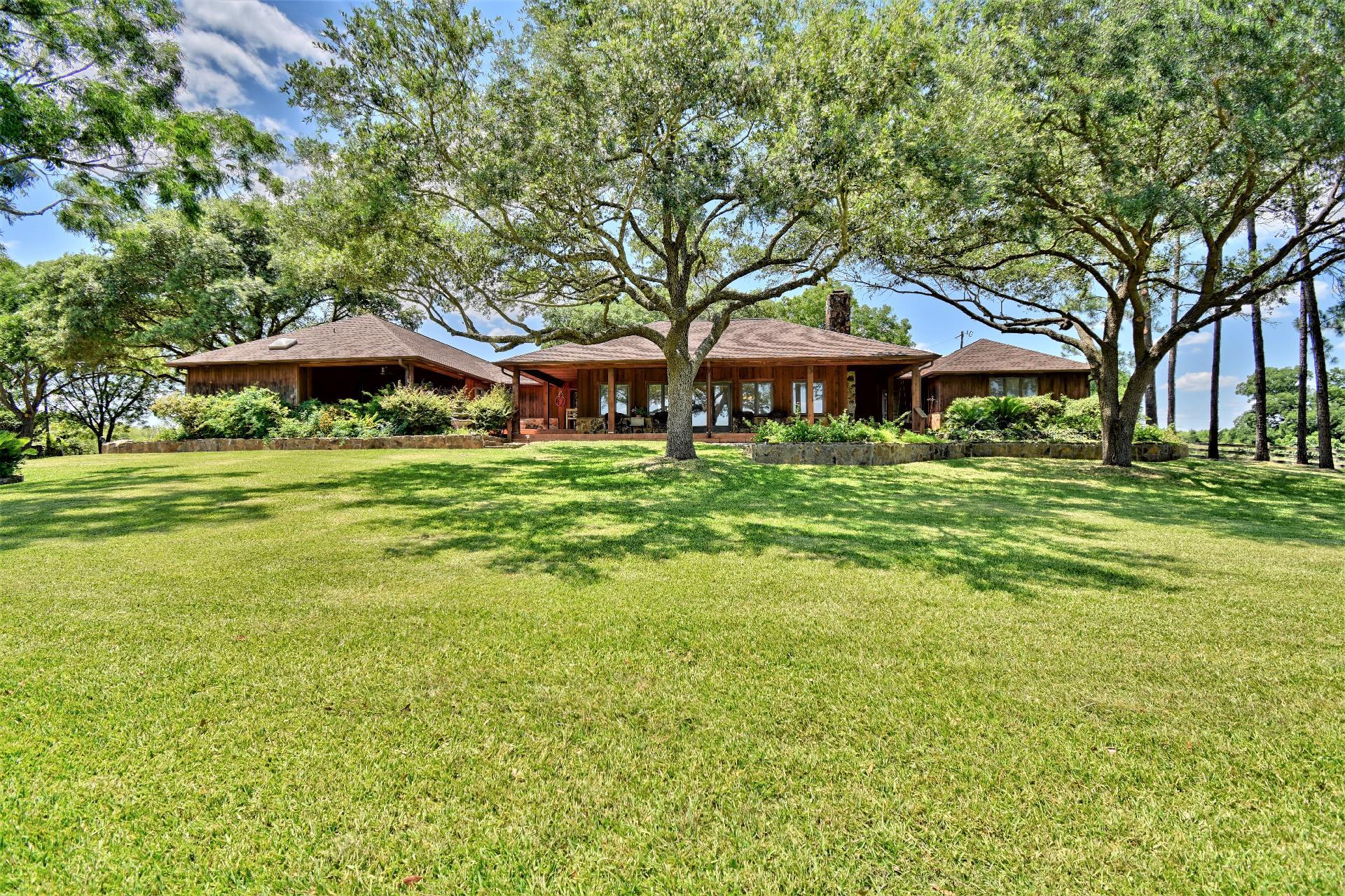 8855 Lake Drive Property Photo 1