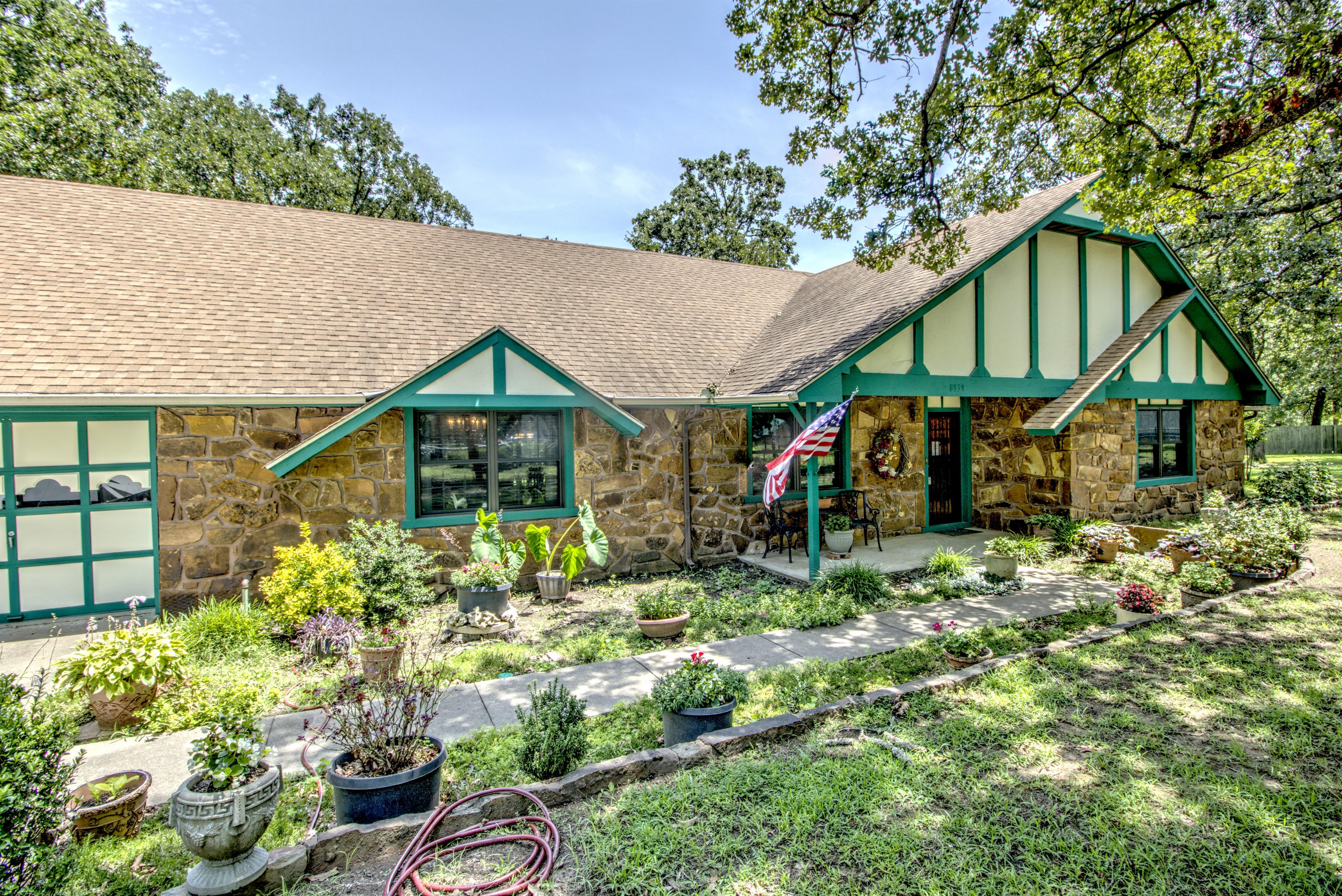 8939 N Crestwood Drive Property Photo 1