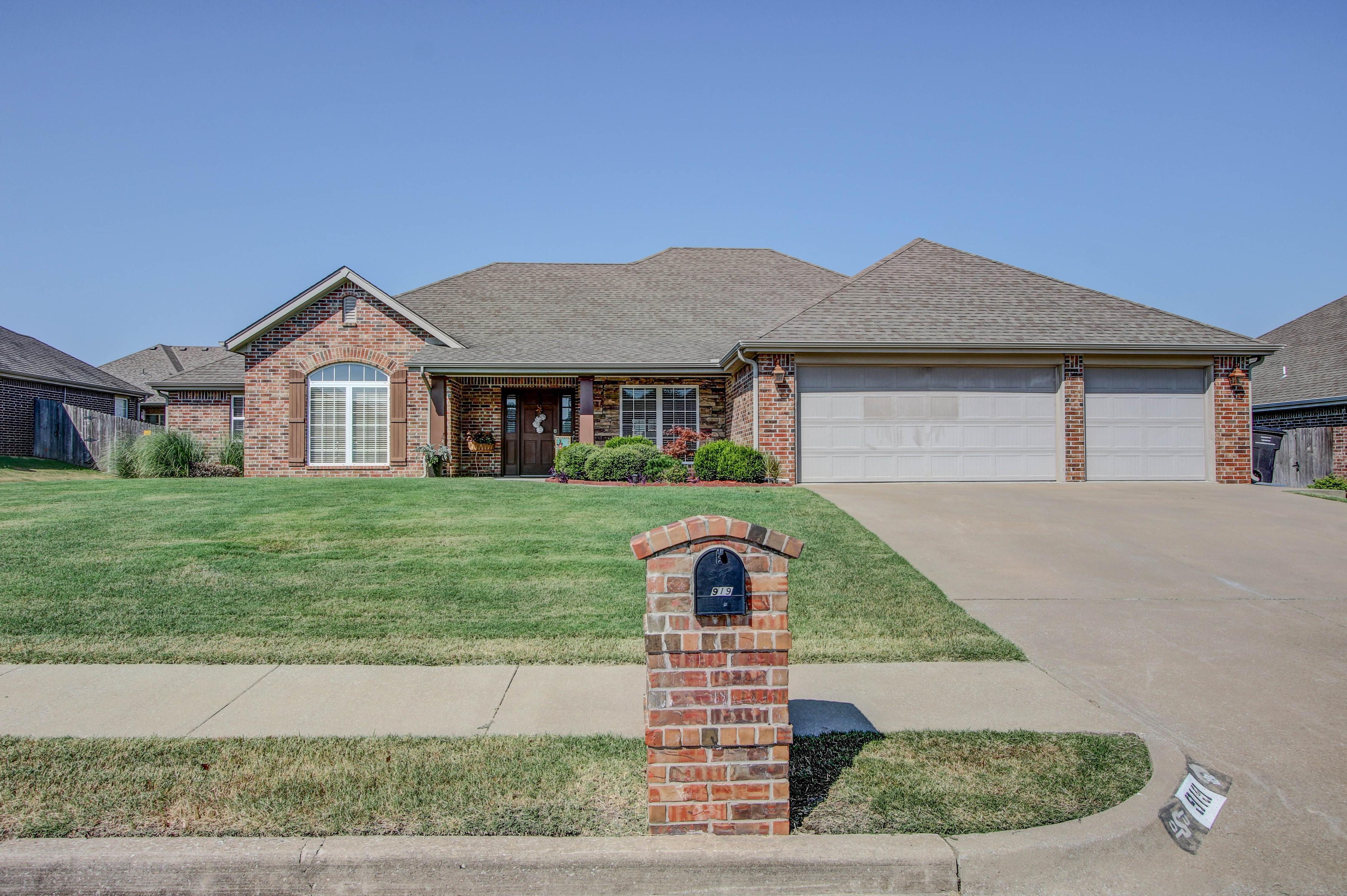 919 Willow Creek Drive Property Photo 1